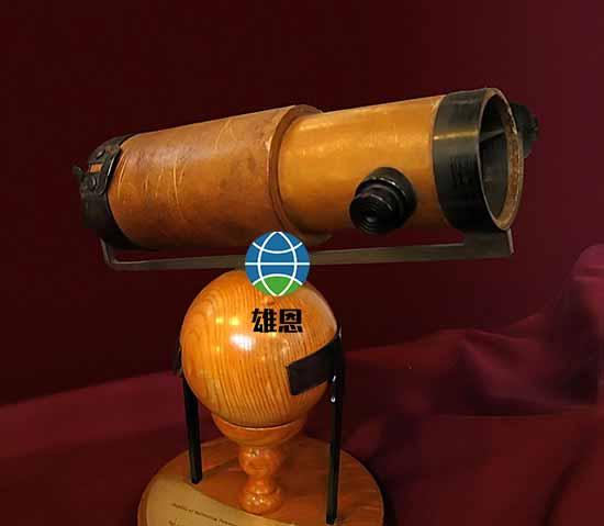 牛顿第二台反射望远镜的复制品,他于1672年向皇家学会提交。